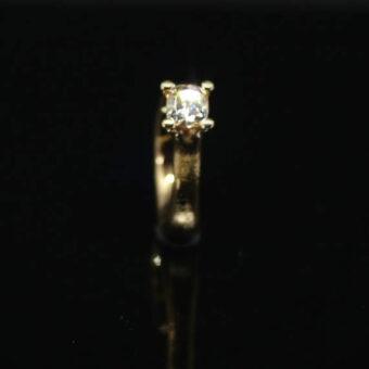 Ringe af gammelt guld med pudeslebet 1,01ct champagne diamant.