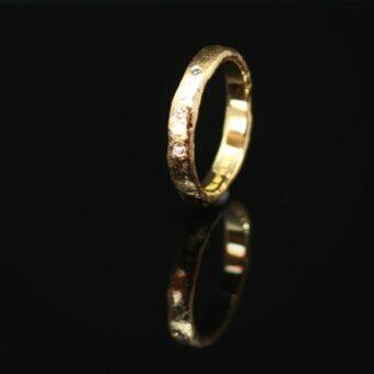 Ring lavet ud fra en idé og et billede af en anden ring, hvor stilen gerne måtte være den samme, bare med andre sten i.