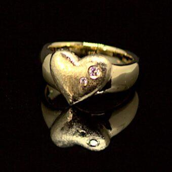 Ring lavet af gammelt arve-guld, fyldt med personlige betydninger. Fra guld, til sten og formen. Det hele er gennemtænkt her.