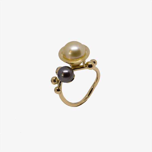 Saturn ring lavet i guld, med kulturperler